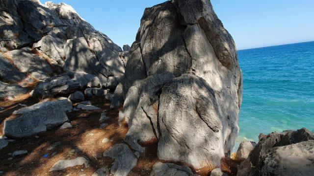 Küçük Çaltıcak Plajı ve kayalıklardan deniz manzarası Antalya gezi tatil mangal piknik yerleri