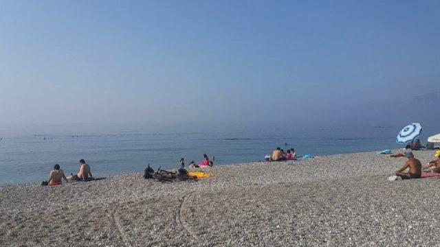 Antalya Beachpark plajında denize doğru yürümek - Antalya Gezi Tatil