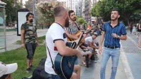 Böyle Ayrılık Olmaz Kim derdi ki seninle Bir gün ayrılacağız sözleri Grup Orfe07 Sokak Müzisyenleri