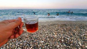 Deniz kenarında çay keyfi - Konyaaltı plajları Antalya
