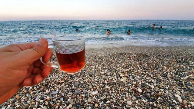 Deniz kenarında çay keyfi – Konyaaltı plajları Antalya