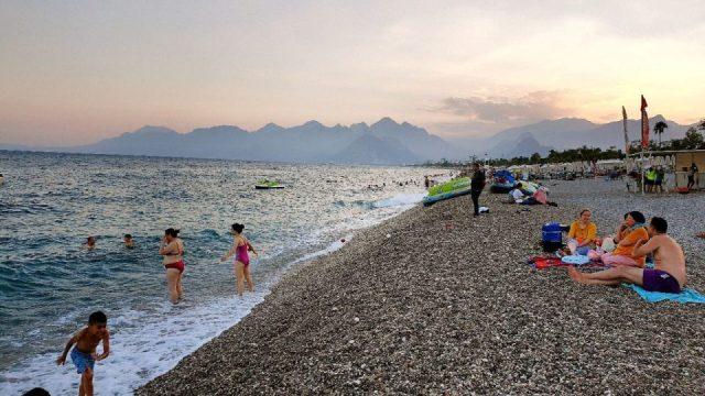 antalyada deniz manzarası konyaaltı beach gezilecek yerler 4
