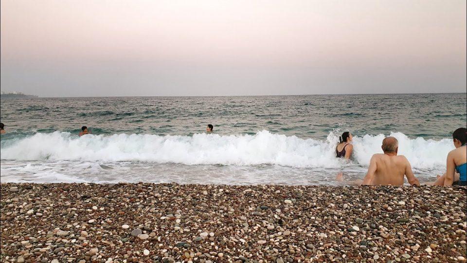 Konyaaltı Plajı Ağır Çekim Dalgalar ve Denize Girenler – Antalya Plajları