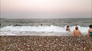 Konyaaltı Plajı Ağır Çekim Dalgalar ve Denize Girenler - Antalya Plajları