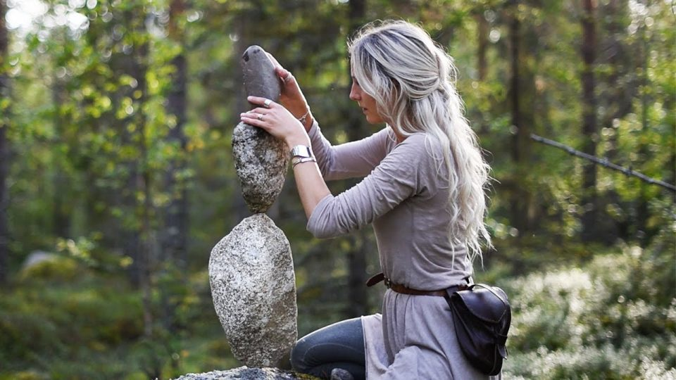 Taşları dengede tutma sanatı – İnanılmaz bir konsantrasyon