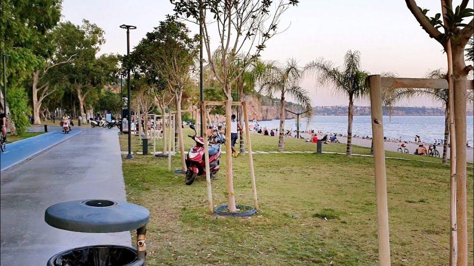 Antalya Konyaaltı Beach Park Deniz Manzarası ve Dinlenen İnsanlar – Huzur Antalya'da…