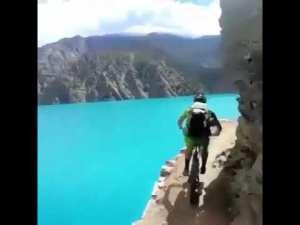 Uçurumun kenarında bisiklet sürmek