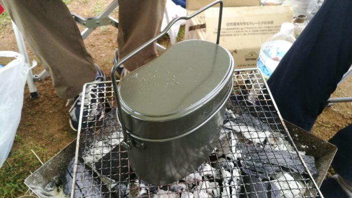 キャンプ場でご飯を炊く