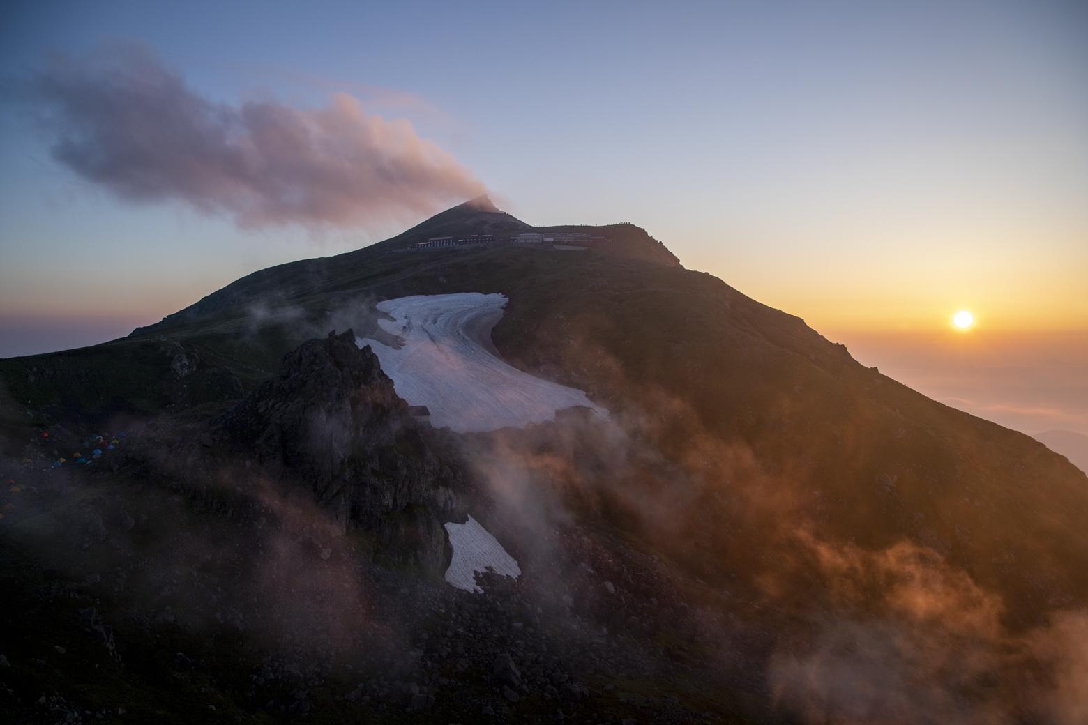 朝日に照らされる白馬岳