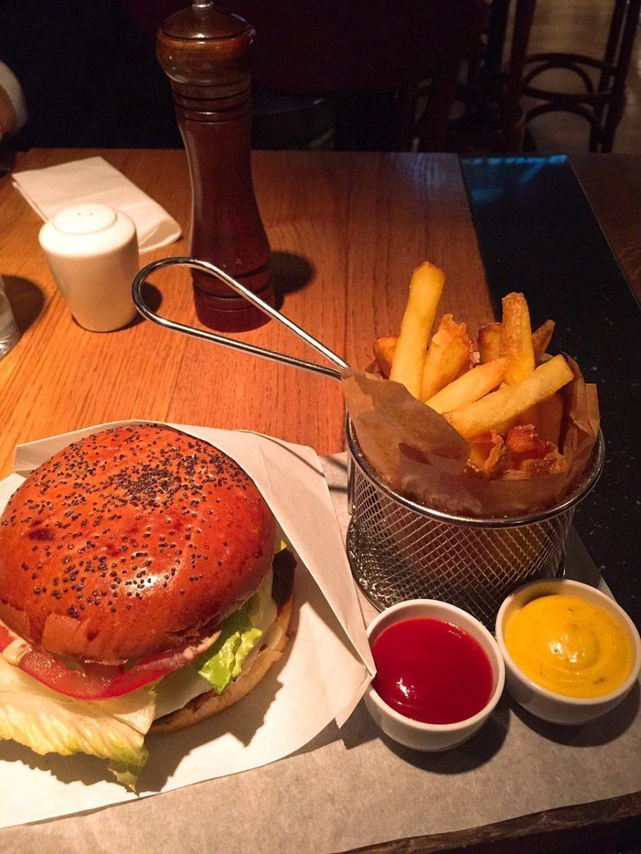 Бургер с рубленой котлетой Black Angus и порция горячей хрустящей картошки