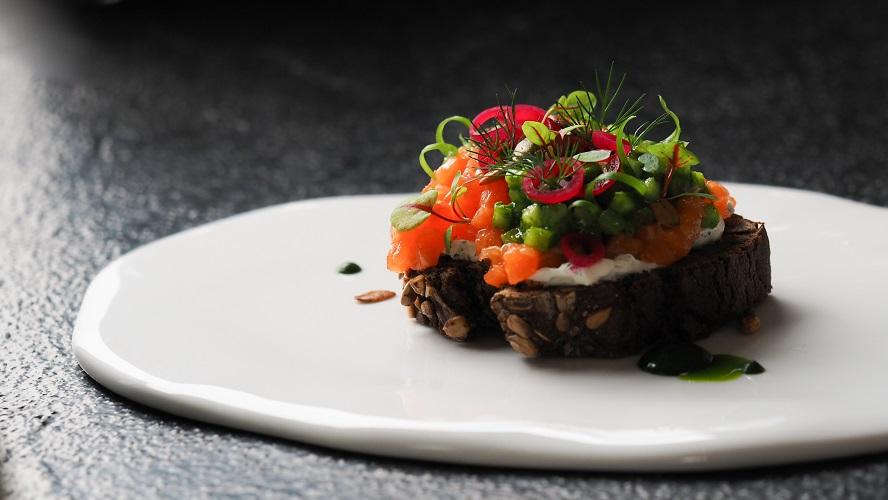 Брускетта с дикой форелью, зеленым салатом и огуречной