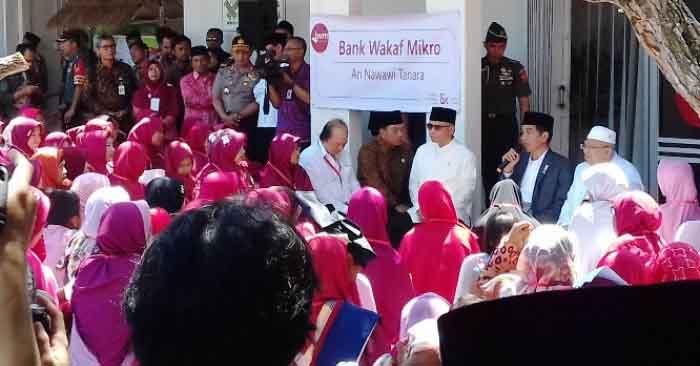 Jokowi meluncurkan Bank Wakaf Mikro Tanara