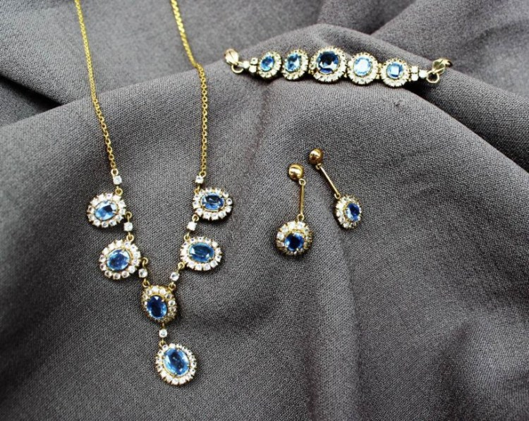 Sold for £620. A cornflower blue and white sapphire necklace, bracelet and earrings set to a yellow metal claw setting and chain - purchased in Sri Lanka