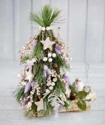 Χριστουγεννιάτικο δέντρο από λευκά τριαντάφυλλα. Η βελούδινη υφή τους κάνει την κατασκευή να μοιάζει χιονισμένη!