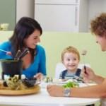 Ευτυχία για τα παιδιά είναι να ζουν και να τρώνε με ευτυχισμένους γονείς