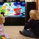Μικρά παιδιά που κοιτάζουν πολύ τηλεόραση έχουν μακροχρόνια χαμηλότερους βαθμούς στο σχολείο και πιο πολλά προβλήματα υγείας