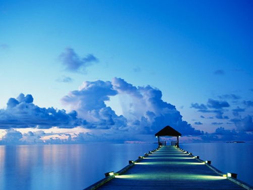 Αποβάθρα την ώρα του ηλιοβασιλέματος στη νήσο White Sands στις Μαλδίβες.