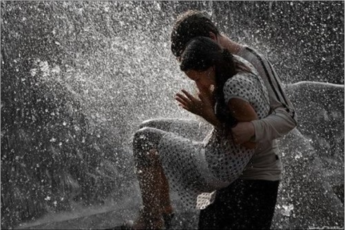 cute-couples-playing-in-rain-romantic-love-pictures