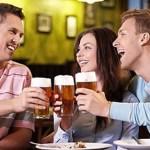 Για να γίνετε πιο κοινωνικοί δεν έχετε παρά να να καταναλώσετε ένα ποτηράκι μπύρα