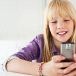 Αλλάζουν οι συστάσεις για τη χρήση κινητών και tablets από τα παιδιά