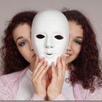 Κρυφή κατάθλιψη: Τα 6 σημάδια ότι κάποιος «κρύβει» τα συμπτώματα που περνάει