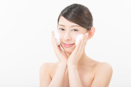 毛穴の奥まで洗い流す泡洗顔を行っている女性の写真