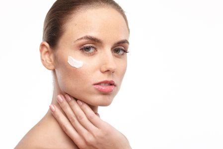 美白化粧品を使っている女性の写真