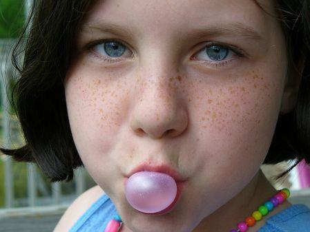 ガム噛みエクササイズを実践する女性の写真
