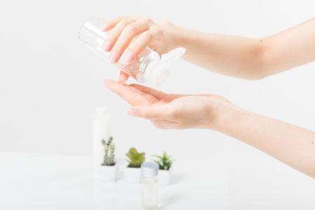 皮脂分泌の抑制が期待できる化粧水を使っている女性のイメージ図