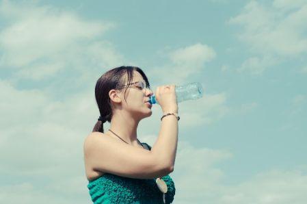 水分を飲んで取る女性の写真