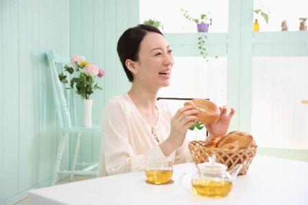 食事を食べている女性の写真
