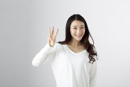 3本の指を立てている女性お写真