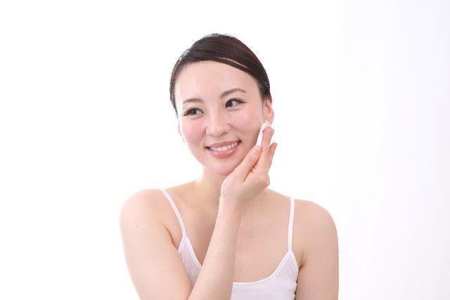 洗顔後の保湿をする女性の写真