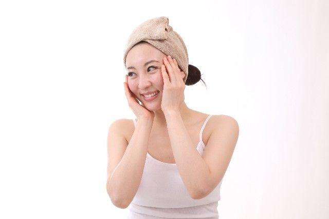 保湿をしている女性のイメージ写真