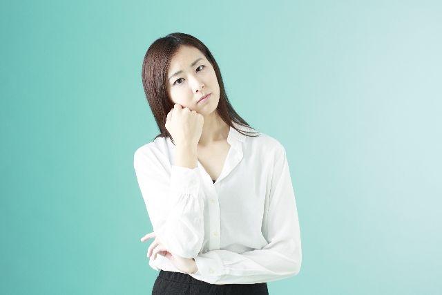 酵素洗顔とは何か?考える女性の写真