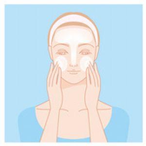 頬に洗顔料の泡をのせる女性のイラスト