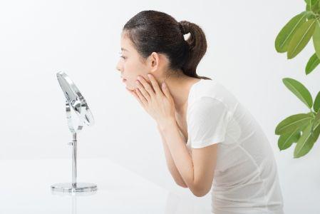 毛穴の開きの予防をする女性のイメージ写真