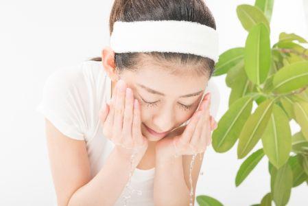 塗って洗い流す流すピーリングの使い方を実践する女性の写真