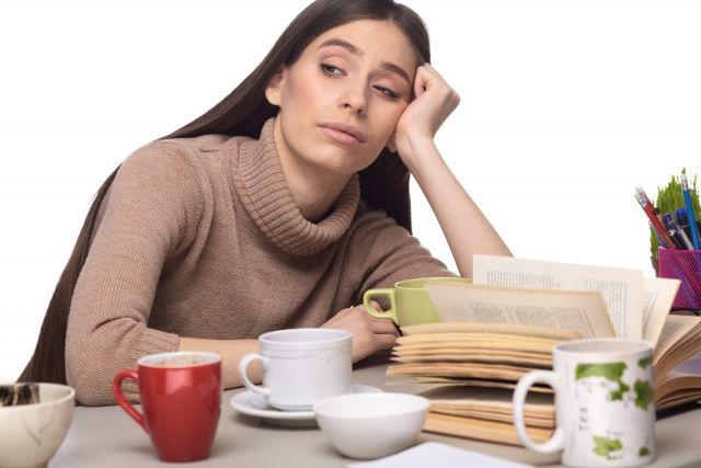 自律神経失調症・自律神経の乱れが原因で疲れている女性の写真