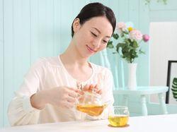お茶お入れる女性の写真