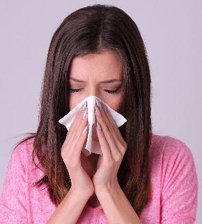 鼻炎、花粉症に悩む女性