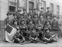 Група офицери от Ирландските доброволци до сградата на съда в Уотърфорд, 18 април 1915 г.