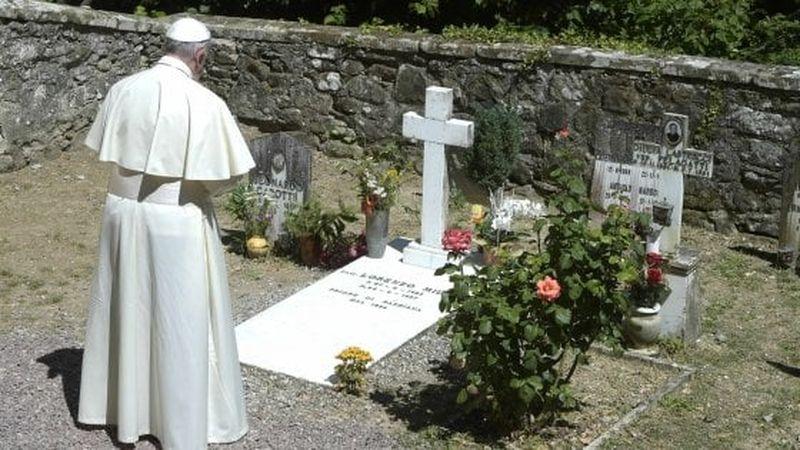 Se Bergoglio omaggia i preti divisivi