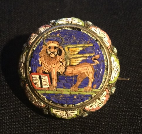 IT - Spilla in argento con micromosaico raffigurante il leone di San Marco, dei primi del 1900. EN - silver brooch with micromosaic depicting the Lion of Saint Mark, beginning of 1900. FR - Broche en argent représentante le lion de Saint Marc, début du 1900. Photo © Mg/Antichità al Ghetto SAS