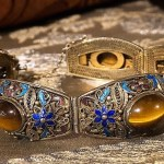 Bracciale in filigrana vermeil, smalti e occhio di tigre. Cina, prima metà del XX secolo - Bracelet in gilt silver filigree, enamels and tiger's eye. China, first half of 20th century