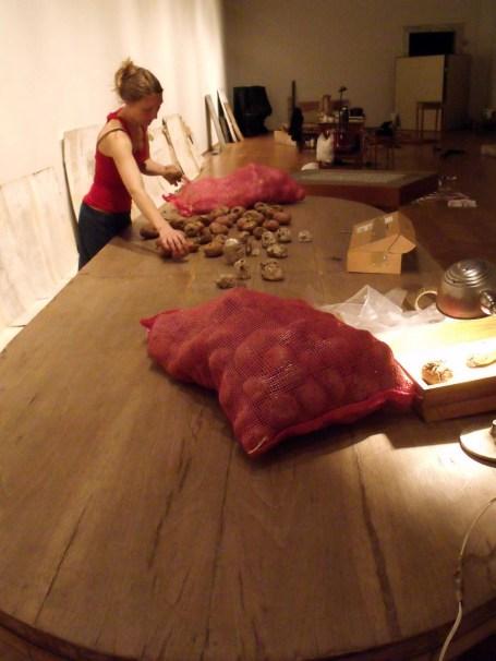 16_BOLSAS DE PAPAS EN TALLER MUSEO BLANES - TOMSICH 2010