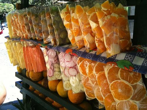 Típicas bolsitas de fruta fresca en venta en La Antigua Guatemala by Rudy Girón
