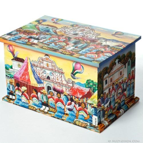 Rudy Giron: Alyss Boutique &emdash; Cofre pintado con motivos guatemaltecos