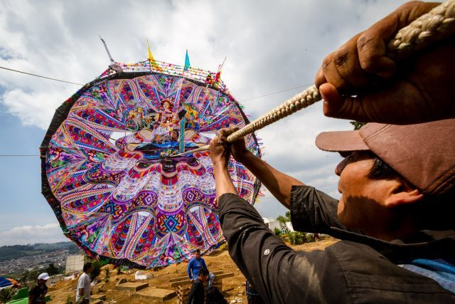 mayan-men-raising-a-giant-kite-for-day-of-the-dead-in-the-mayan-highlands-of-guatemala-640x427-2276560