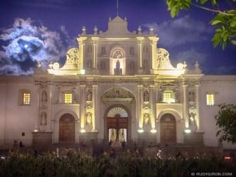 PHOTO STOCK: Full Moon over Parroquía de San José Catedral
